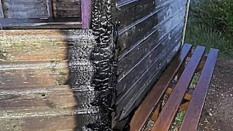 An der Außenverkleidung der Hütte waren die Brandfolgen deutlich zu sehen. Foto: Feuerwehr