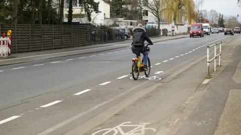 Neue Verkehrsregeln: Die Fahrradspur verläuft nun beidseitig auf der Straße, die dadurch schmaler wird. Foto: hbz/Stefan Sämmer
