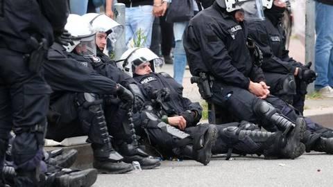 Polizisten ruhen sich am rand des G20-Gipfels aus. Foto: dpa