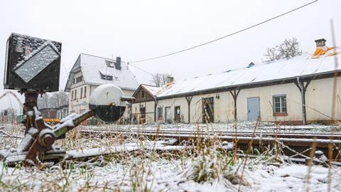 Der Sommerbahnhof, das lange Gebäude neben dem Bahnhof, ist wohl nicht mehr zu retten. Foto: René Vigneron
