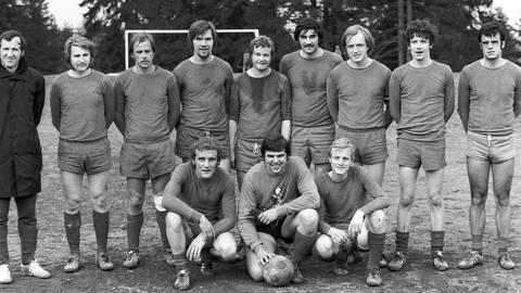 20. April 1975: Die Meistermannschaft der SG Rod/Hasselbach vor dem letzten Heimspiel der Saison gegen die TSG Pfaffenwiesbach (2:1): Trainer Friedhelm Busch (hinten von links), Hartmut Müller, Eberhard Jung, Georg Mühle, Ulrich Müller, Edgar Emmel, Werner Mühle, Eckhard Berschet und Reinhold Kilb sowie (vorne von links) Axel Stahl, Jürgen Best und Burkhard Steudten (vorne, von links). Schienbeinschoner gehörten vor 46 Jahren noch nicht zur Pflichtausstattung.  jf/Foto: jf