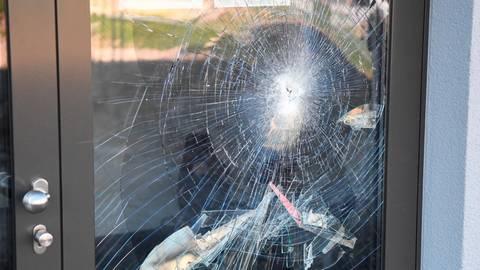 Blinde Zerstörungswut traf die Glastür der Sporthalle der Anne-Frank-Schule in Linden. Doch Vandalismus war auch vor Corona ein Problem - zumindest an einigen Schulen. Foto: Wißner
