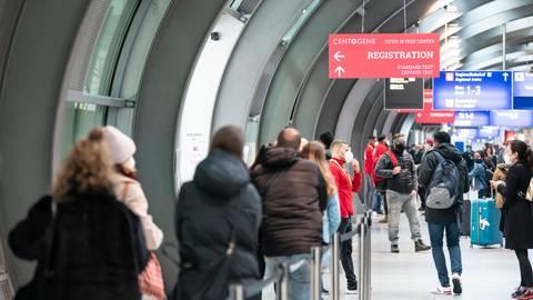 Passagiere am Frankfurter Flughafen - möglicherweise schon dieses Wochenende könnte eine Einreisesperre für Regionen mit Corona-Mutanten wirksam werden.  Archivfoto: dpa