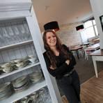 Wenn der Kunde  nicht zum Kuchen darf – kommt der Kuchen zu ihm. So hält Lisa Schindlbeck sich und ihr Café in der Pandemie über Wasser. Foto: Michael Bahr