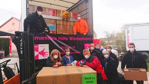 Die Helfer vor dem Lastwagen. Neun Tonnen Lebensmittel und Kleidung werden verladen. Der Transport geht in die rumänische Stadt Blaj, wo die dortige Caritas bedürftige Familien betreut. Foto: Wolfgang Bartels