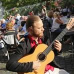 """Lukas Bonewitz spielt auf der Flamencogitarre """"Im alten Gutshof"""" in Harxheim. Foto: hbz/Judith Wallerius  Foto: hbz/Judith Wallerius"""