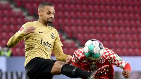 Im Hinspiel hatte die Eintracht mit Djibril Sow (links) gegen Leandro Barreiro und die 05er die Nase mit 2:0 vorne. Foto: dpa