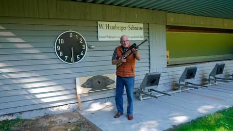 Für ihn wie ein zweites Zuhause: Wolfgang Hamberger auf der Schießanlage des SV Wißmar. Foto: Volkmar Schäfer