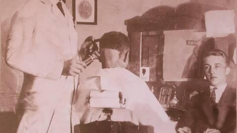 So hatte vor 90 Jahren alles angefangen: Karl Bickhardt schnitt den Männern in Friedensdorf die Haare.  Repro: Sascha Valentin