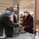 """Im Schuhhaus Stephan alias """"Stephans Lädche"""" werden jetzt Klopapier und Hygieneartikel verkauft. Die 86-jährige Kundin ist froh, das es sowas gibt und sie nicht in einen überfüllten Drogeriemarkt zum Einkaufen muss. Foto: pakalski-press/Boris Korpak"""