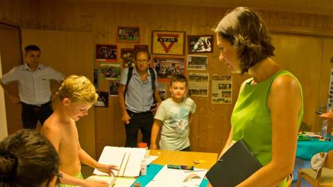 Ministerin Anne Spiegel lässt sich von den Kindern erklären, welche Schätze man aus Klopapierhülsen herstellen kann. Foto: Wolfgang Bartels  Foto: Wolfgang Bartels