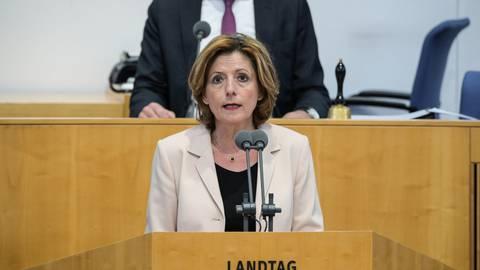 Malu Dreyer (SPD), Ministerpräsidentin von Rheinland-Pfalz, gibt eine Regierungserklärung ab.  Foto: Andreas Arnold/dpa
