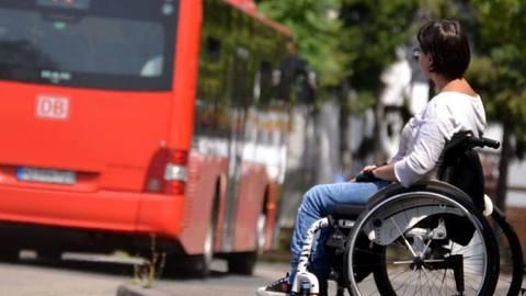 Rollstuhlfahrerin Akina K. bleibt öfter mal an der Bushaltestelle stehen, weil auf ihrer Route vom Völkerring nicht immer Niederflurbusse fahren. Foto: Heidi Sturm  Foto:  Heidi Sturm