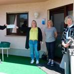 Freuen sich über den Umzug des Awo-Nestes: Bürgermeister Jürgen Mock (v.l.), die Tagespflegerinnen Juliane Guckelsberger und Catinka Busch sowie Annegret Müller.  Foto: Joachim Spahn