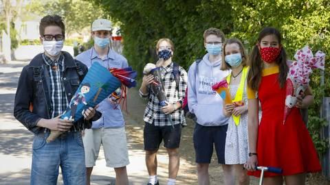 Mit Schultüte, Ranzen und Maske: Die Rückkehr nach sechswöchiger Corona-Pause gestalteten die Schülerinnen und Schüler am Otto-Schott-Gymnasium wie einen Einschulungstag. Foto: Sascha Kopp
