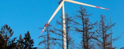 Die Sicherheit der Windkraftanlagen auf dem Harzkopf oberhalb von Frohnhausen wird jährlich mindestens zweimal überprüft vom Hersteller Nordex, der Hermann-Hofmann-Gruppe als Betreiber und alle vier Jahre von einem zertifizierten Prüfer.  Foto: Frank Rademacher