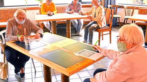 Gespannt warten die Bingo-Spielerinnen auf die Zahl, die ihnen Callerin Marisa Halter zuruft, um sie auf der Bingo-Karte zu markieren. Foto: Beate Vogt-Gladigau