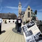 Alban Reinhardt (l.) und Franz Rudolf Kemler (r.) überreichen das druckfrische erste Exemplar der Broschüre an Bürgermeister Dennis Diehl. Foto: hbz/Jörg Henkel