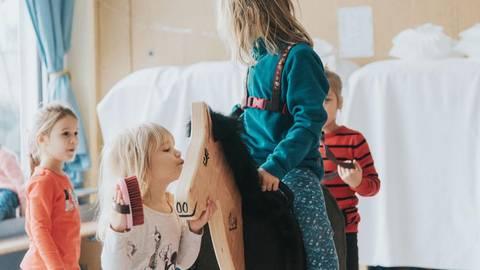 Das Holzpferd wird gleich von den Kindern ins Herz geschlossen.Foto: ClipMyHorse TV  Foto: ClipMyHorse TV