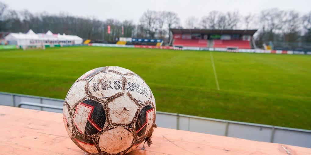 Auch wenn der Ball ein wenig ramponiert ist, er rollt weiter im Gießener Waldstadion. Zumindest ist der erste Schritt getan.  Archivfoto: Friese