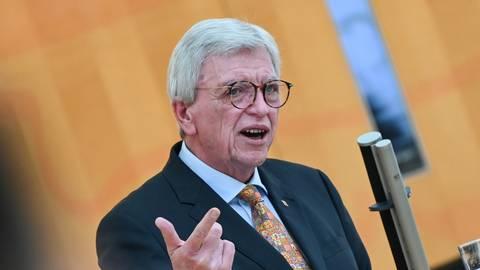 Volker Bouffier (CDU), Ministerpräsident des Landes Hessen, gibt während der Plenarsitzung des hessischen Landtags eine Regierungserklärung zur Corona-Pandemie ab. Foto: dpa
