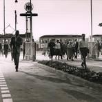 Mit der Tram zur Arbeit: Ein Morgen des Jahres 1957 am Merck-Haupttor. Vier Historiker haben die Geschichte des Darmstädter Unternehmens von den Anfängen im Jahr 1668 bis heute verfolgt. Foto: Merck-Archiv