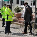 Beim Aktionstag zur Sicherheit von Fahrradfahrern kommt die Polizei am Marburger Elisabeth-Blochmann-Platz ins Gespräch, schaut aber auch auf die Verkehrssicherheit der Räder.  Foto: Heiko Krause