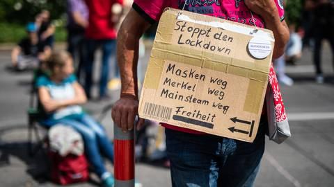Ein Teilnehmer einer Querdenker-Demo in Stuttgart. Foto: dpa
