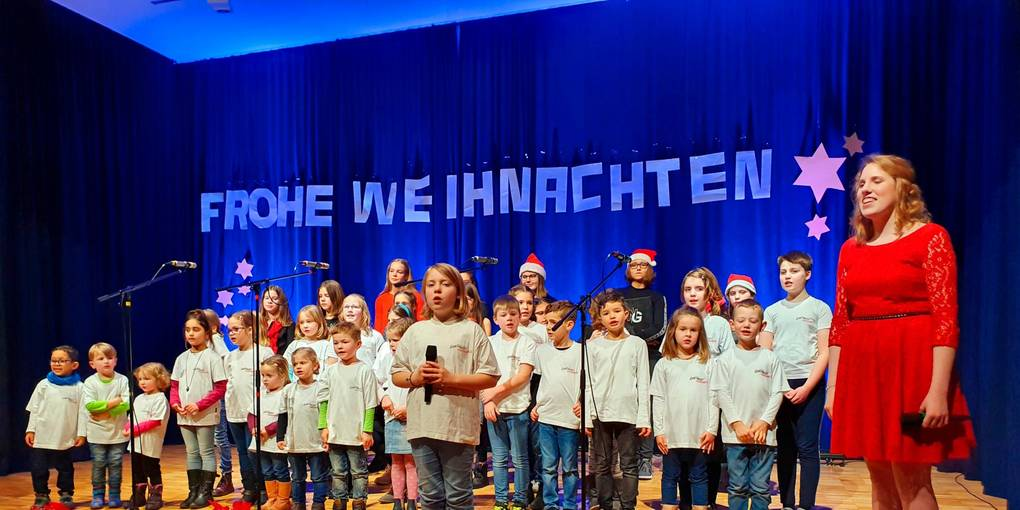 """Bevor der Weihnachtsmann kommt, singen beide Chöre - """"Da Capo"""" und """"DoReMi"""" - gemeinsam zum Finale des Weihnachtskonzerts von """"New Generation"""". Foto: Siegfried Gerdau"""