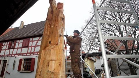 Markus Sauermann baut aus einem 106 Jahre alten Zedern-Stamm eine Himmelstreppe – er sieht darin eine hoffnungsvolle Verbindung zwischen jüdischer und christlicher Religion. Foto: hbz/Jörg Henkel