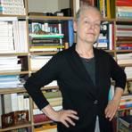 Reflektiert bei der Online-Preisverleihung kritisch über die gegenwärtige Situation und den Umgang mit Grundrechten: die Schriftstellerin Marlene Streeruwitz, hier in ihrem Haus. Archivfoto: dpa