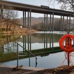 Markant: Zwei Pfeilerachsen der gleichnamigen Talbrücke der A 45 stehen im Landeskroner Weiher. Die Freizeitanlage wird es in dieser Form nicht mehr lange geben. Der Stausee schrumpft von etwa 13 500 auf 6000 Quadratmeter Wasserfläche und verliert außerdem die nötige Tiefe zum Schwimmen.  Foto: Christoph Weber