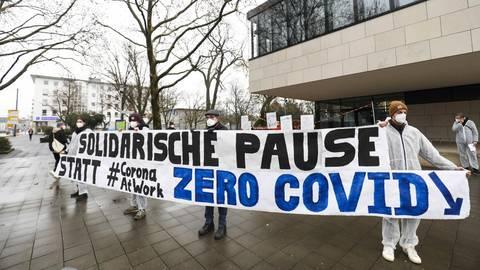 Am Freitagnachmittag hat eine Zero-Covid-Gruppe vor dem Haus der Wirtschaft an der Rheinstraße demonstriert. Foto: Guido Schiek