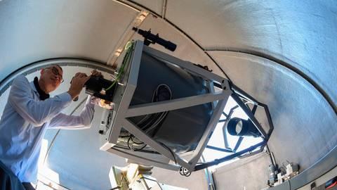 Ein Späher ins All: Erwin Schwab am Teleskop in der Sternwarte auf dem Kleinen Feldberg im Taunus.  Archivfoto: dpa