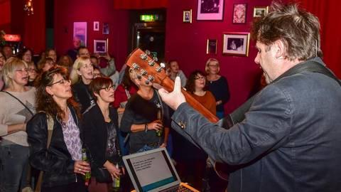 """Das """"Team Siewert"""" macht die Mucke, und alle Gäste singen mit – auch Kulturredakteurin Birgitta Lamparth (Dritte von links).Foto: Volker Watschounek  Foto: Volker Watschounek"""