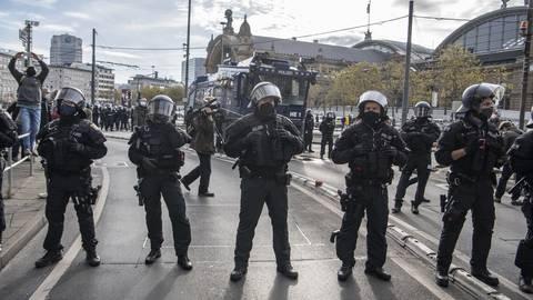 Die Polizei zeigte bei der Querdenker-Demo in Frankfurt deutliche Präsenz und sie machte klare Ansagen bezüglich möglicher Konsequenzen.  Foto: Boris Roessler/dpa