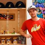 """Nach dem Burnout ist vor der Geschäftsgründung: Fabian Kossmehl aus Langgöns bietet mit """"Weezel"""" seiner Kundschaft neben T-Shirts, Kappen oder Schuhen auch diverses Raucherzubehör und eine Auswahl an CBD-Aromablüten an. Das legale Cannabis ist in seinem Shop auf Anhieb der Bestseller.  Foto: Fabian Kossmehl"""