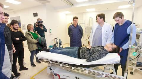 Zum Glück kein Ernstfall: Tobias Voß (2.v.r.) zeigt den Schulsanitätern der 10. und 11. Klassen des Willigis-Gymnasiums den Schockraum des Klinikums, wo Schwerverletzte zuerst behandelt werden. Foto: hbz/Judith Wallerius