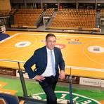 Die Rittal-Arena wäre bereit für Sport und Spiel, doch im Corona-Lockdown muss der Betrieb stillstehen - Oberbürgermeister und Sportdezernent Manfred Wagner bereitet das Sorgen.  Foto: Steffen Gross
