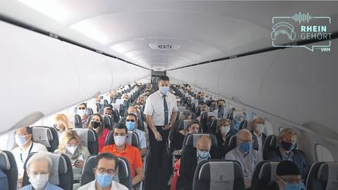 Flugreisende mit Mund-Nasen-Schutz auf einem Flug von Kairo nach Sharm El-Sheikh im vergangenen September. Archivfoto: dpa