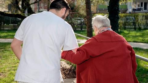 Ob Altenpflege oder Krankenhaus: Die Mehrbelastung lässt dem Personal kaum Zeit für intensive Betreuung.  Archivfoto: epd