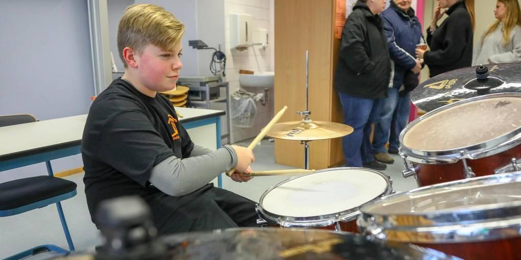 Daniel Feith übt Schlagzeug während des Tags der offenen Tür an der Martin-Buber Schule. Foto: Vollformat/Marc Schüler