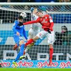Hoffenheims Ishak Belfodil (l) scheitert an 05-Torwart Robin Zentner (M) und Stefan Bell von Mainz.  Foto: Uwe Anspach/dpa