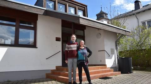 Um den Fortbestand des Gemeindehauses sorgt sich das Messeler Pfarrer-Ehepaar Elke und Albrecht Burkholz. Foto: Dorothee Dorschel