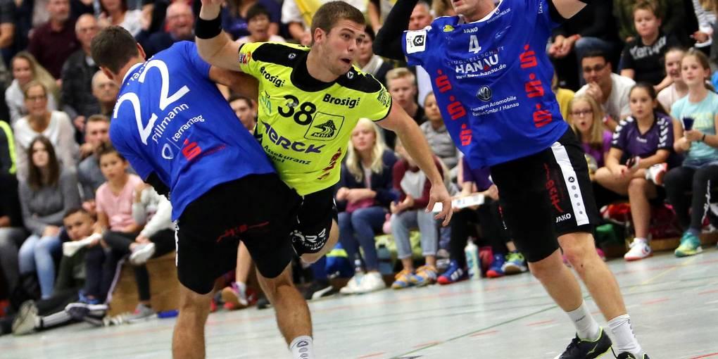 Als wieselflinker Angreifer macht Simon Brandt (Mitte) vielen Abwehrspielern das Leben schwer. Foto: Jürgen Pfliegensdörfer