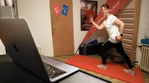 """Julia Rubin macht als selbstständige Trainerin bei """"Laufmamalauf"""" mit Schwangeren und Eltern Sport. Zurzeit finden ihre Kurse coronabedingt online statt. Foto: hbz/Bahr"""