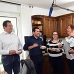 Michael Barth, Sternekoch Ali Güngörmüs, Sawanta Rössler, Hausherrin Bianka Rössler und Baby Luca-Peter haben viel Spaß bei der Aufzeichnung des HR. Foto: Heinz Margielsky