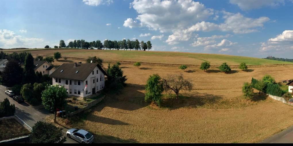 Auf diesem Feld in Philippstein, oberhalb der Wohnbebauung, soll ein Solarpark entstehen.  Foto: Jürgen Enders