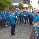 Kann auch mitten auf der Straße singen: Der Männergesangverein Liederkranz bei seinem Auftritt.   Foto: Rieger