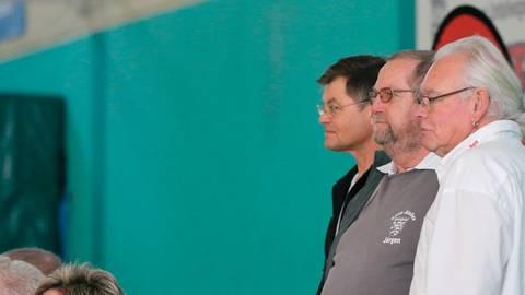 Klaus-Jürgen Schretzlmaier (rechts) löst Jürgen Jung (mitte) als Kreisjugendwart ab. Neuer Stellvertreter ist Oliver Rieb (links).  Archivfoto: Bär